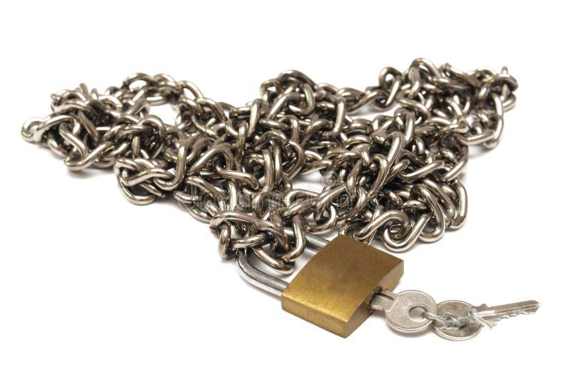 Un mucchio della catena dell'acciaio inossidabile con un piccolo lucchetto e le chiavi fotografie stock libere da diritti
