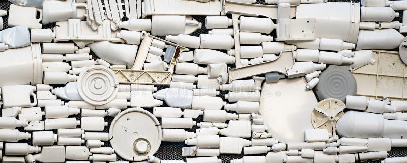 Un mucchio della lettiera e dello spreco di plastica fotografie stock