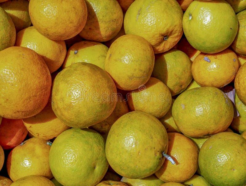 Un mucchio delle arance in un mercato immagini stock