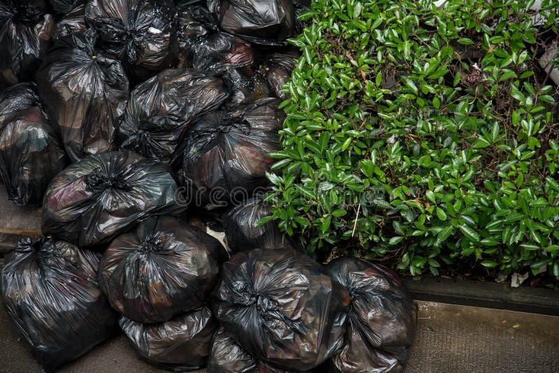 Un mucchio delle borse di immondizia di plastica nere nella città di Wuhan fotografia stock