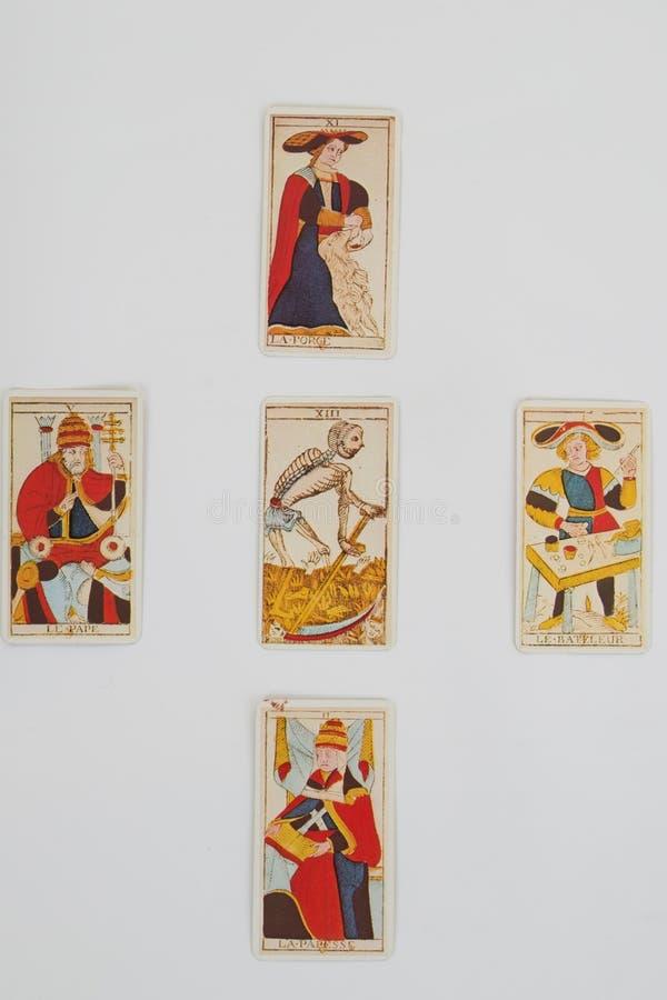 Un mucchio delle carte di tarocchi si trova sparso e diffusione attraverso una tavola illustrazione vettoriale