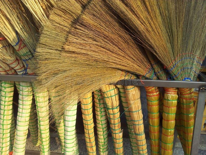Un mucchio delle scope di bambù nel mercato da vendere fotografia stock