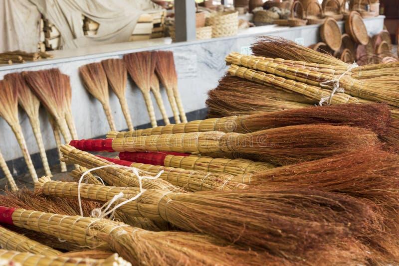 Un mucchio delle scope di bambù nel mercato da vendere al bazar dell'Uzbekistan immagine stock libera da diritti