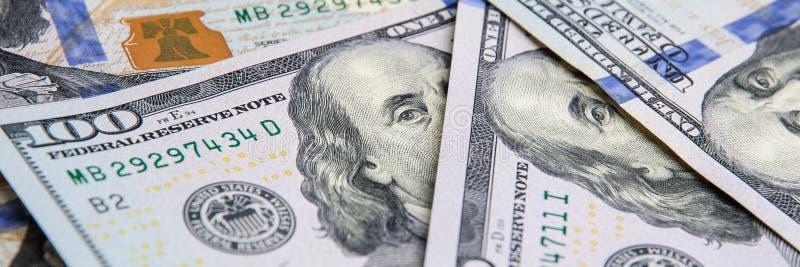 Un mucchio di cento banconote degli Stati Uniti I contanti di cento banconote in dollari, immagine di sfondo del dollaro fotografia stock libera da diritti