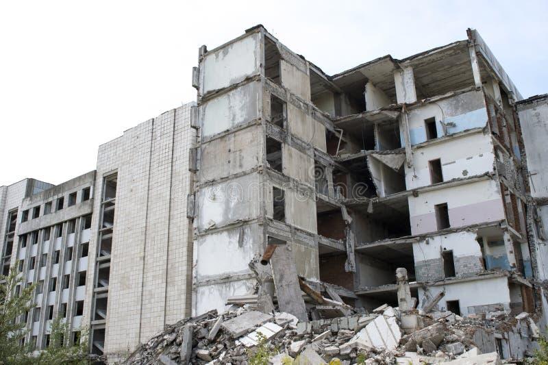 Un mucchio di detriti concreti grigi con il resti di grande costruzione distrutta Fondo immagini stock libere da diritti