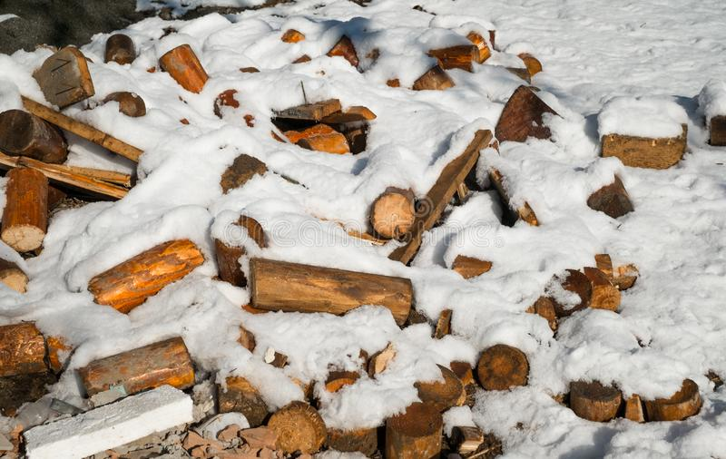 Un mucchio di legno rotto coperto in neve immagine stock