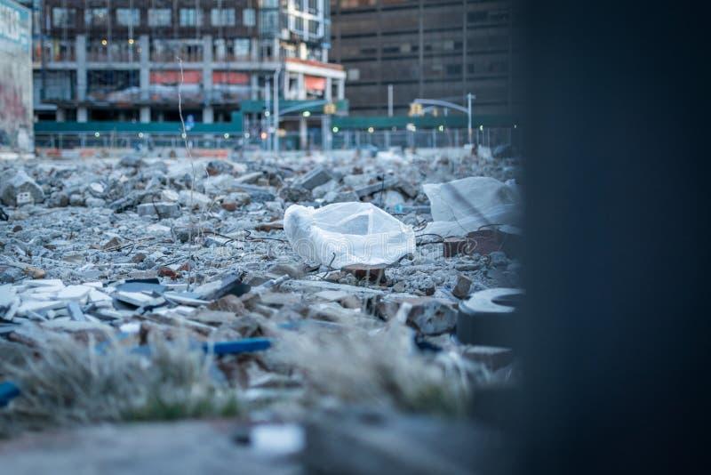 Un mucchio di macerie, di immondizia e di rifiuti su un cantiere immagini stock