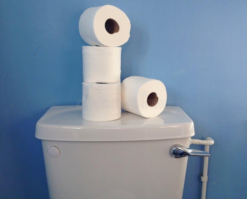 Un mucchio di quattro rotoli di carta igienica di carta su una cisterna fotografia stock libera da diritti