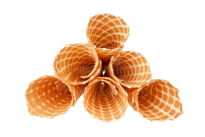 Un mucchio di sei coni croccanti dorati della cialda del gelato sulla vista superiore isolata fondo bianco del primo piano fotografie stock