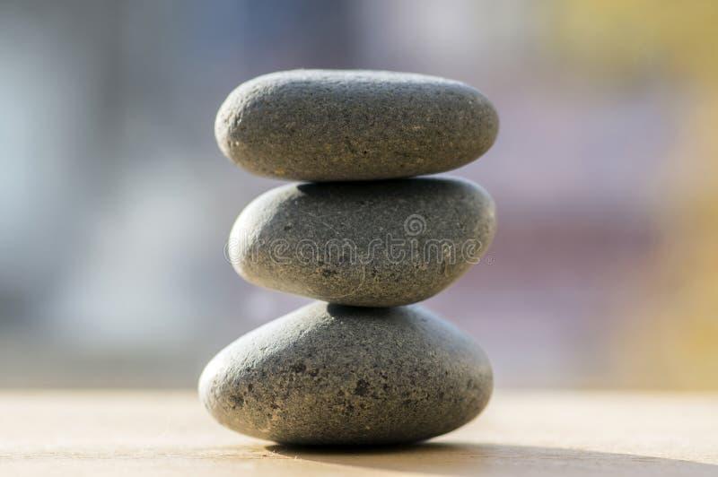 Un mucchio di tre pietre di zen, ciottoli grigi di meditazione si eleva immagine stock libera da diritti