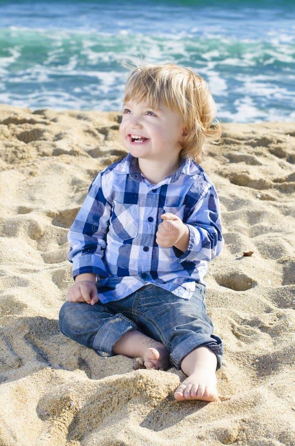 Un muchacho agradable en la playa foto de archivo libre de regalías