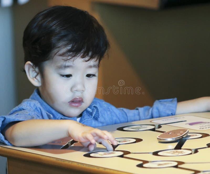 Un muchacho aprende sobre Potatos en el museo del ` s de los niños del descubrimiento, L fotos de archivo