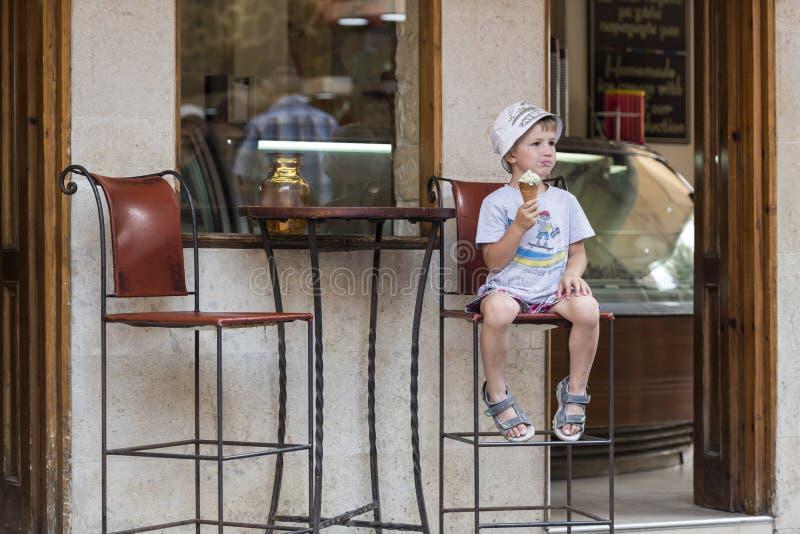 Un muchacho con helado foto de archivo