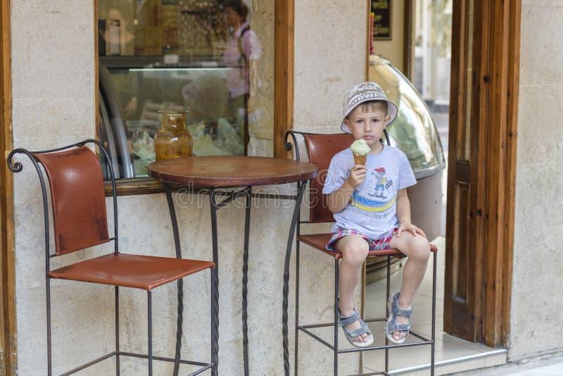 Un muchacho con helado imágenes de archivo libres de regalías