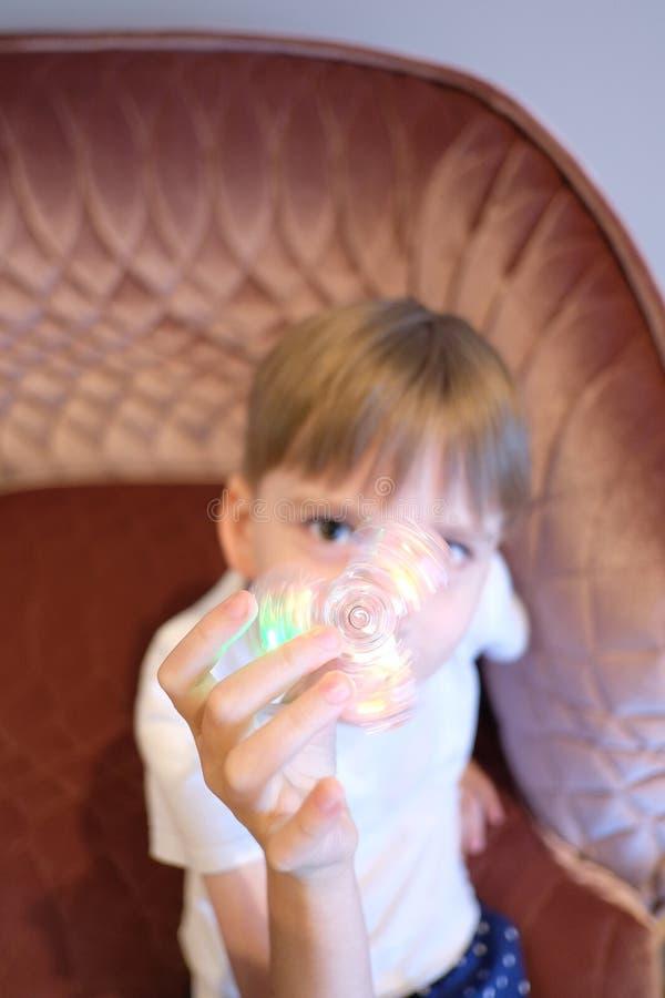 Un muchacho con un hilandero fotos de archivo libres de regalías