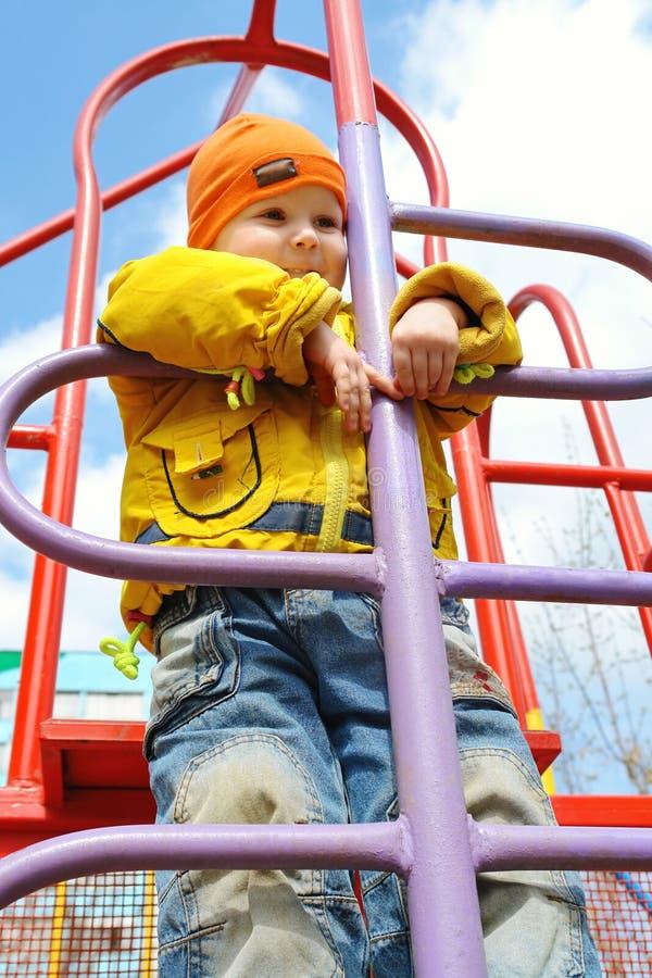 Un muchacho de 3 años en escala foto de archivo libre de regalías