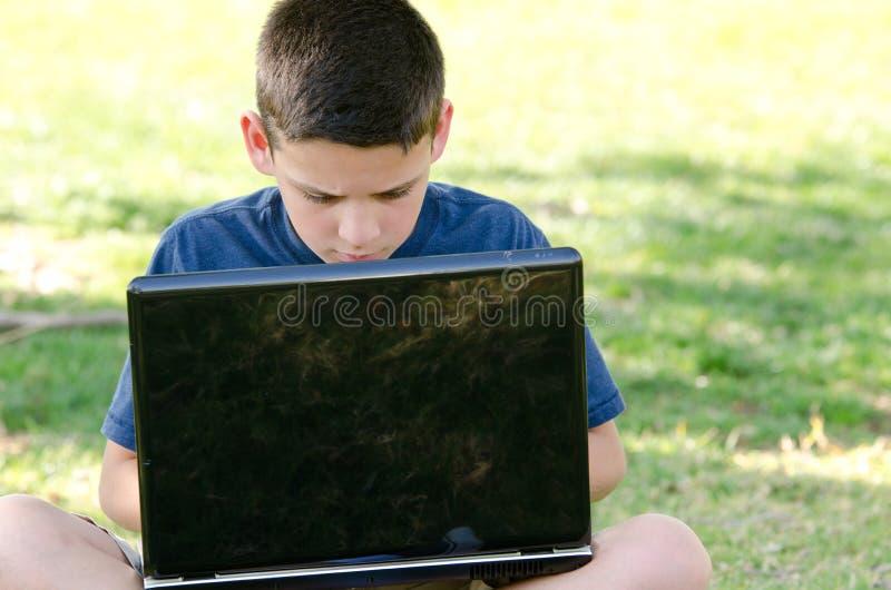 Niño con el ordenador foto de archivo libre de regalías