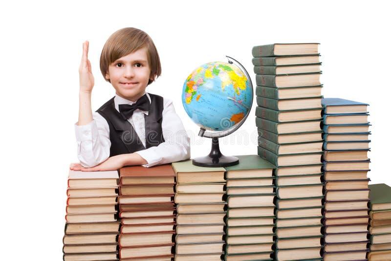 Un muchacho de siete años está deseando contestar en la pregunta fotografía de archivo libre de regalías