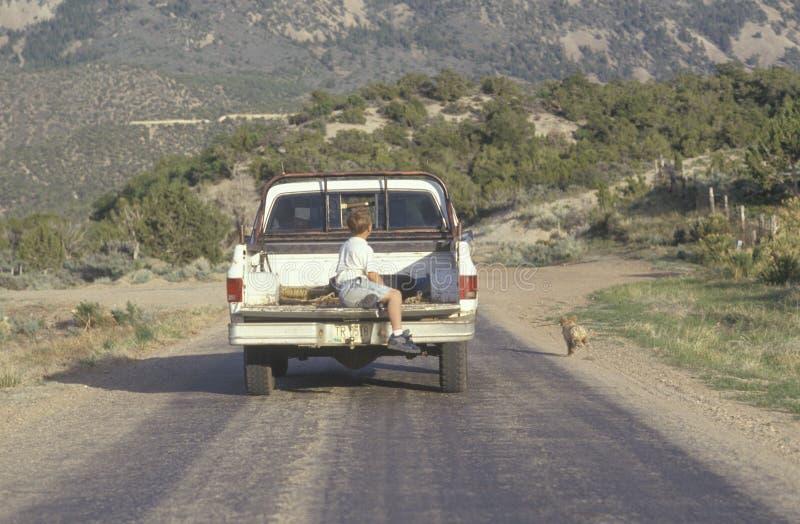 Un muchacho en la parte posterior de una furgoneta fotos de archivo libres de regalías