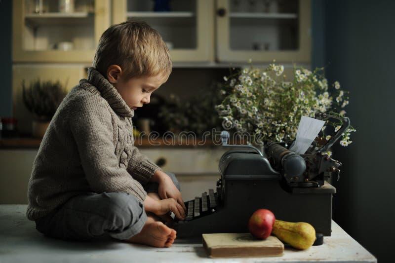 Un muchacho en una casa vieja imágenes de archivo libres de regalías