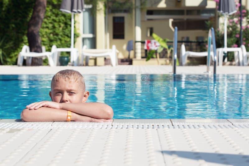 Un muchacho en una piscina fotografía de archivo libre de regalías