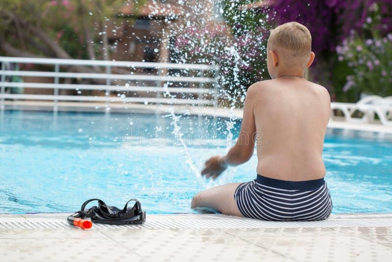 Un muchacho en una piscina fotos de archivo libres de regalías