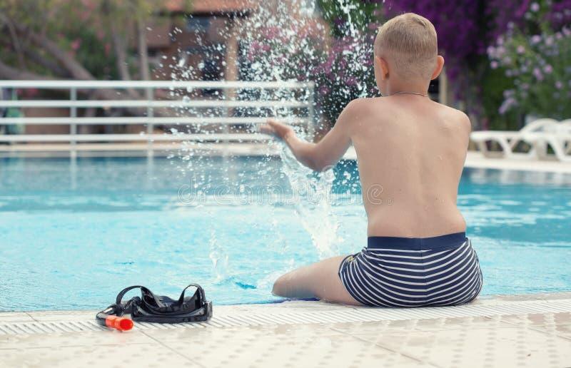Un muchacho en una piscina imagenes de archivo