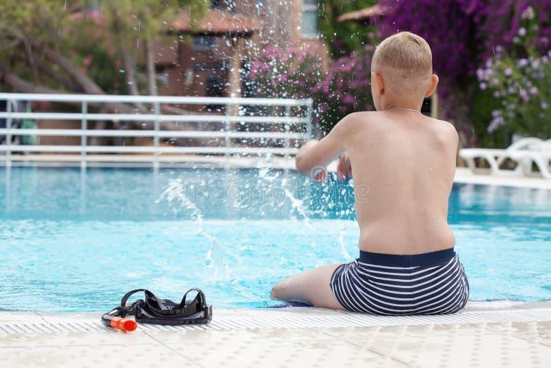 Un muchacho en una piscina con una máscara para bucear foto de archivo