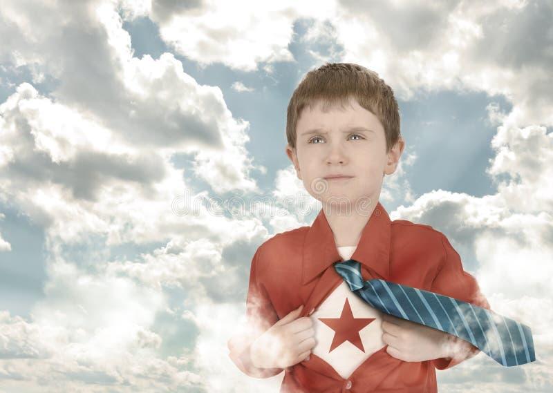 Niño del muchacho del super héroe con la camisa y las nubes abiertas fotos de archivo