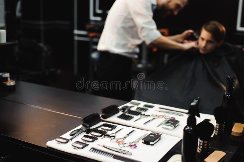 Un muchacho joven lindo que consigue un corte de pelo foto de archivo libre de regalías