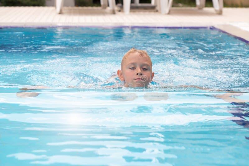 Un muchacho rubio que aprende nadar imágenes de archivo libres de regalías