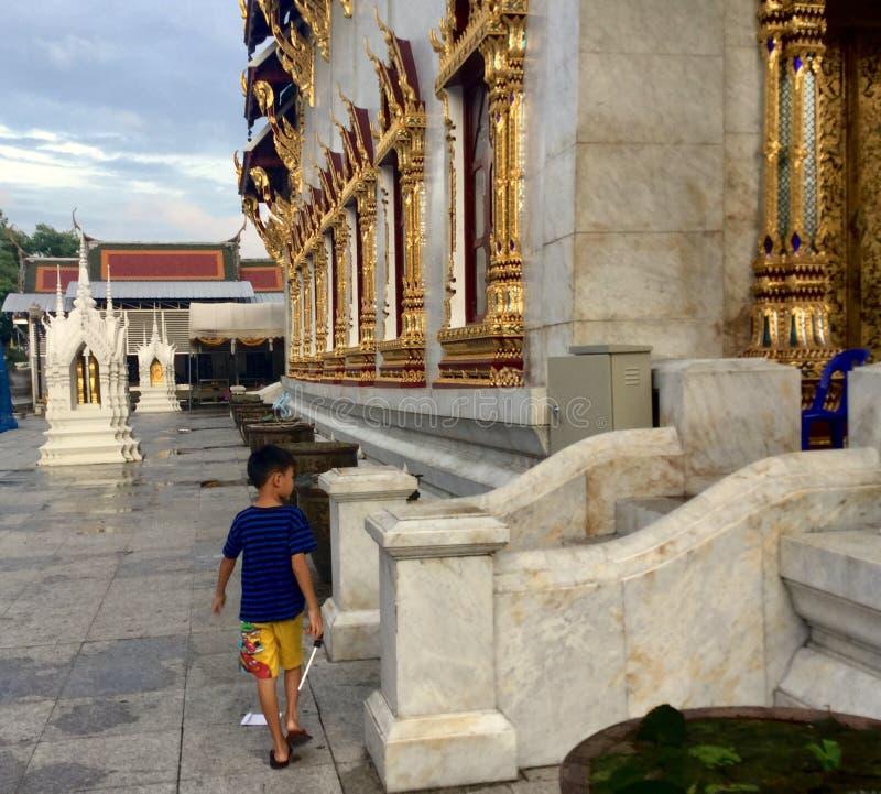 Un muchacho tailandés en el templo de las Belces fotos de archivo