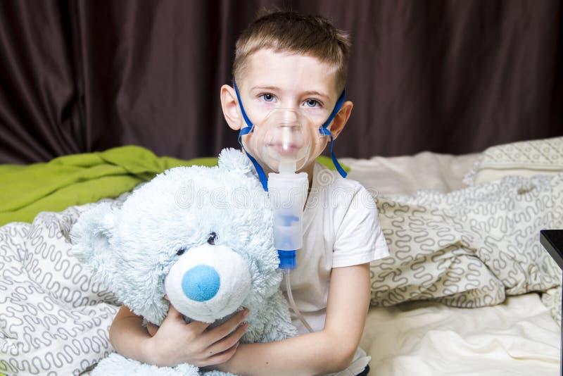 Un muchacho tomó enfermo, y tratado imagenes de archivo