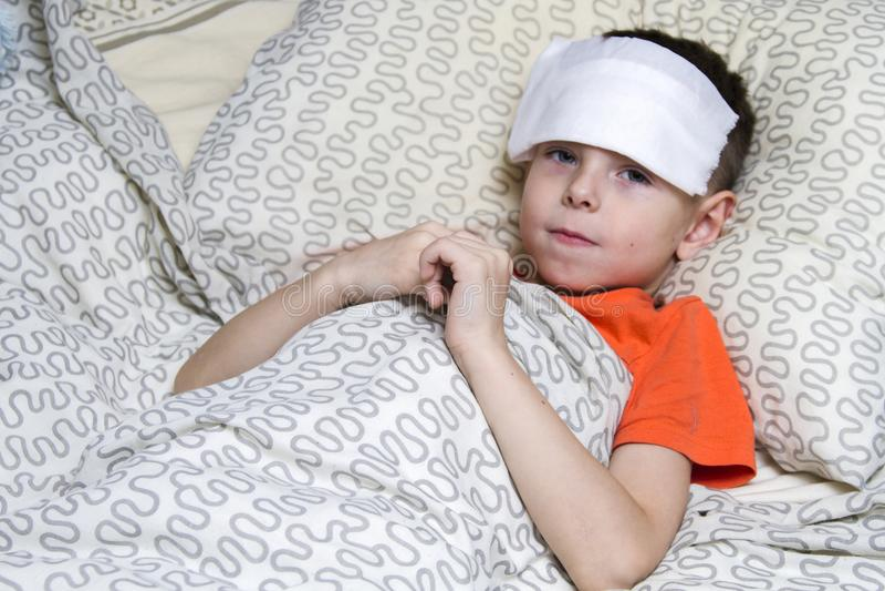 Un muchacho tomó enfermo, y tratado fotos de archivo
