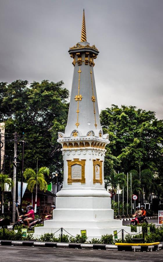 Un muda icónico Yogyakarta admitido foto Indonesia del tugu con los árboles fotos de archivo libres de regalías