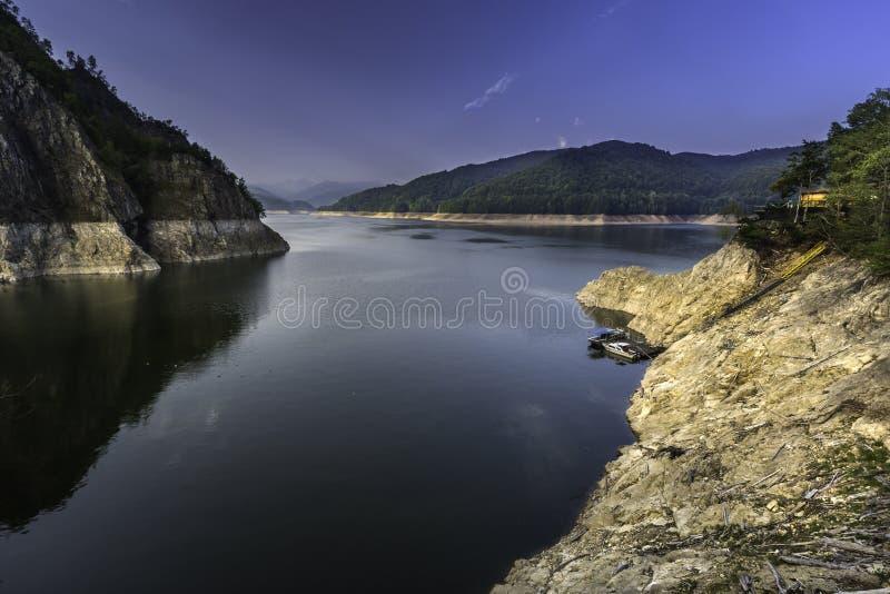Un muelle del barco en el lago Vidraru, Rumania foto de archivo