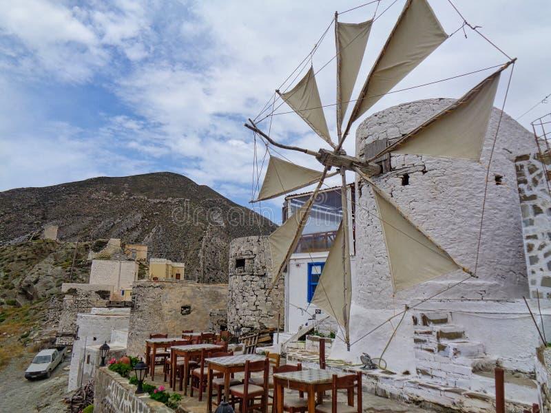 un mulino in una locanda della Grecia ad estate immagine stock libera da diritti