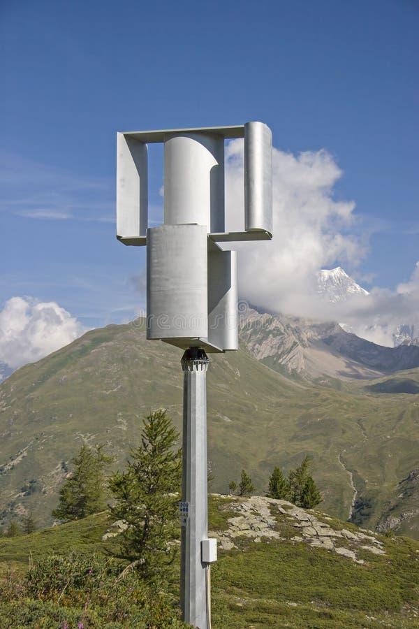 Un mulino a vento differente in montagne di Montblanc fotografia stock
