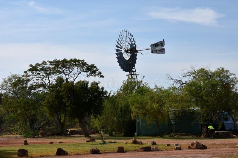 Un mulino a vento sta nell'entroterra Australia rurale fotografia stock