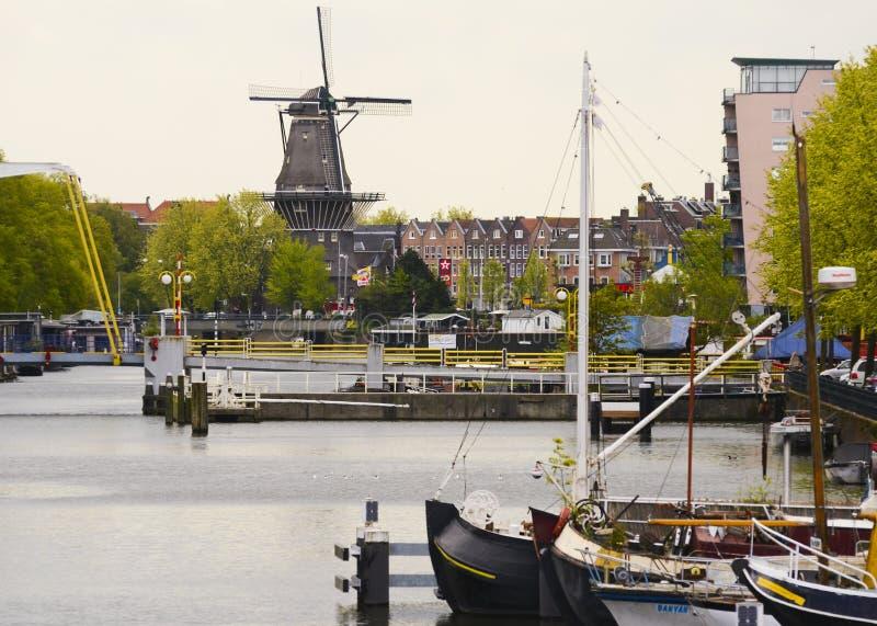 Un mulino a vento sul canale a Amsterdam fotografie stock libere da diritti