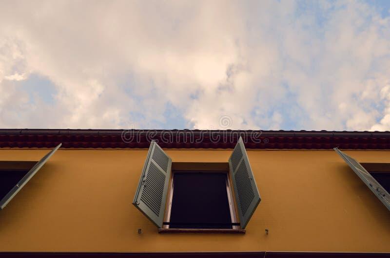 Un mundo de puertas y de ventanas imágenes de archivo libres de regalías