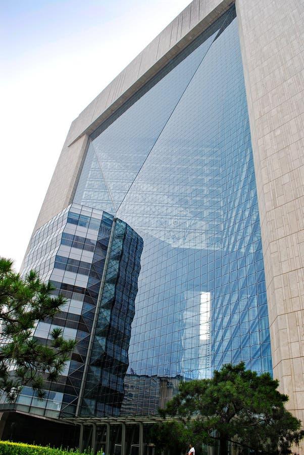 Un mur énorme du bâtiment en verre photos libres de droits