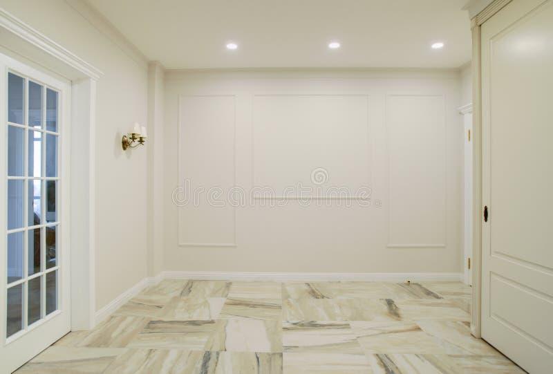 Un mur blanc vide dans une grande salle avec des projecteurs pour placer des photos et des photographies Calibre pour la concepti photographie stock libre de droits