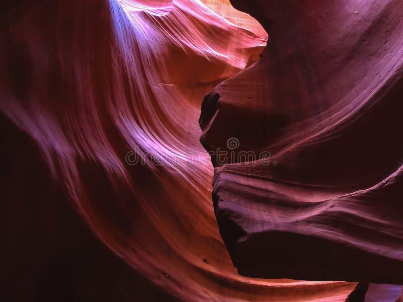 Un mur coloré pourpre de roche en canyon supérieur d'antilope, az photos libres de droits