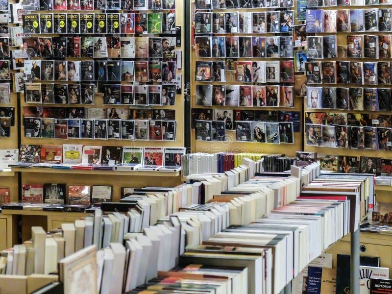 Un mur des films et des livres dans une boutique image stock