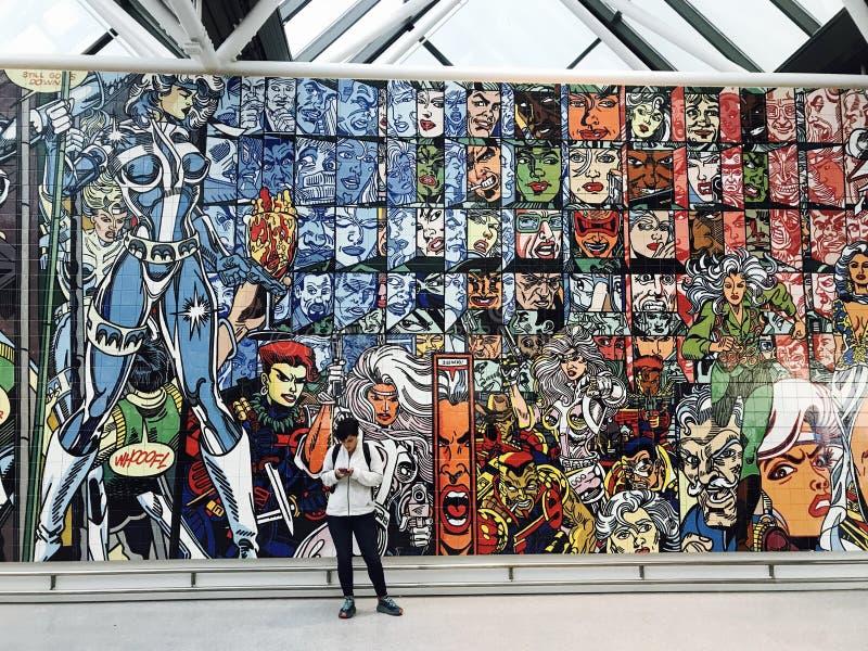 Un murale delle mattonelle riempito dei libri di fumetti è il centro dell'aeroporto di Reykjavik fotografia stock