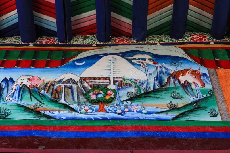 Un murale tibetano mostra quattro simboli di ogni fronte della montagna sacra di Kailash, Tibet immagini stock libere da diritti