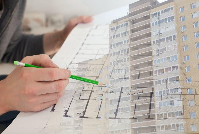 Un muratore che controlla i documenti e un nuovo collage dell'edificio residenziale immagine stock libera da diritti