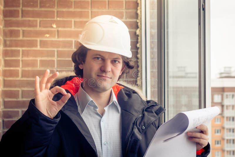 Un muratore vi dà il segno giusto, segnalante che tutto è un-giusto Fuoco molle, tonificato fotografie stock libere da diritti