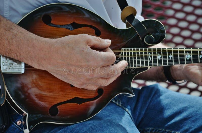 Un musicien jouant une mandoline. photos stock